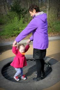 Ida og Mormor hopper på trampolin