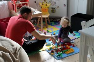 Far og Ida hygger med Duplo
