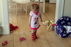 Ida skulle pludselig have sine gummistøvler og regntøj på... selvom der var 26 grader i lejligheden