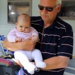 Farfar og Maya hygger