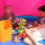 Ida og Farmor hygger med masser af legesager i skyggen