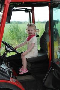 Ida kører traktor