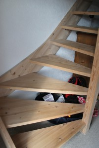 Ida havde helt styr på at kravle på trapper hos Mormor