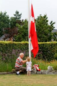 Ida hjælper Farfar med at hejse flaget