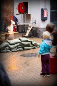 En dreng fik lov at slukke en farlig ildebrand