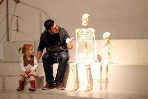Onkel René gjorde hvad han kunne for at få Ida til at sidde på samme trin som han selv og skeletterne så Mor kunne få et billede...