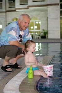 Ida og Farfar ved poolen