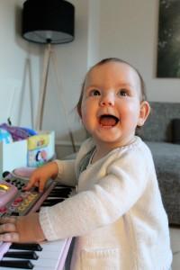Maya på pigernes nye piano
