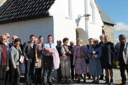 Familien samlet foran kirken