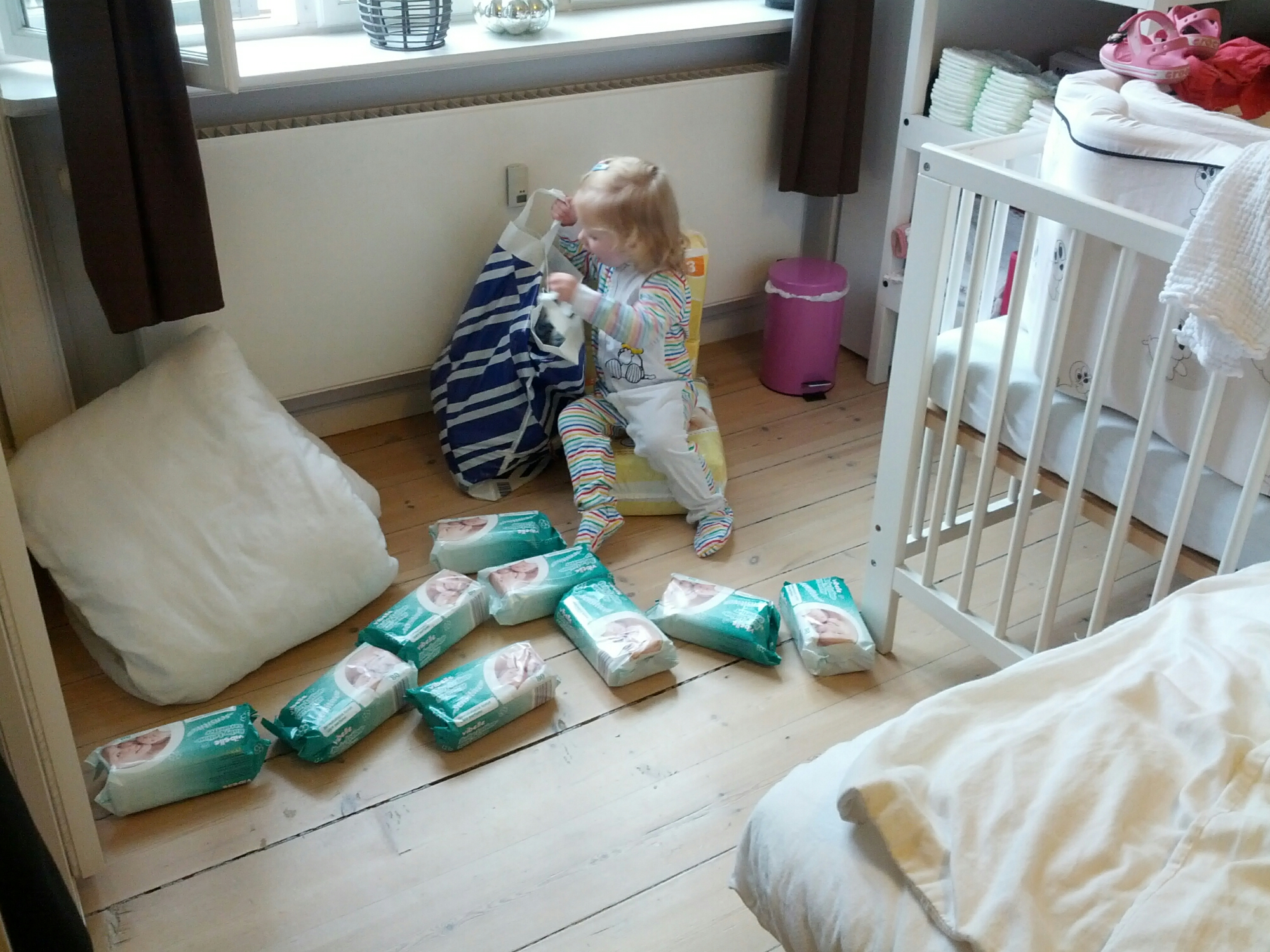 Ida hjælper med udpakning af bleer og vådservietter